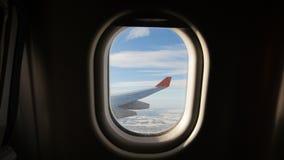 Aterrice visto a través de la ventana del aeroplano del jet Aeroplano que aterriza lentamente almacen de metraje de vídeo