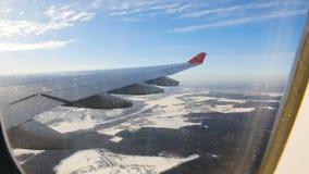 Aterrice visto a través de la ventana del aeroplano del jet Aeroplano que aterriza lentamente almacen de video