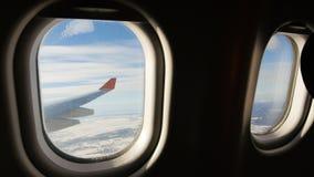 Aterrice visto a través de la ventana del aeroplano del jet Aeroplano que aterriza lentamente metrajes