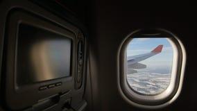 Aterrice visto a través de la ventana del aeroplano del jet Medios sistema del entretenimiento en frente almacen de video