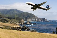 Aterrissagem comercial do avião comercial do curso fotos de stock royalty free