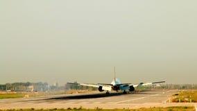 Aterrissagem comercial do avião de passageiros no aeroporto do EL Prat Barcelona video estoque