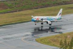 aterrissagem da via aérea de Banguecoque em phuket em chover o dia Fotografia de Stock Royalty Free