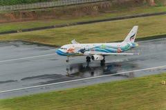 aterrissagem da via aérea de Banguecoque em phuket em chover o dia Fotografia de Stock