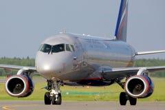 Aterrissagem de Aeroflot Sukhoi Superjet-100 RA-89024 no aeroporto internacional de Sheremetyevo Foto de Stock