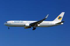 Aterrissagem de Aerosvit Boeing 767-300 UR-DNM no internati de Sheremetyevo Fotos de Stock Royalty Free