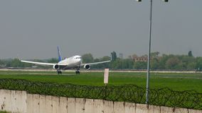 Aterrissagem de Air Astana Boeing 767 video estoque