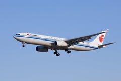 Aterrissagem de Air China B-5912 Airbus A330-300 no Pequim, China Fotografia de Stock