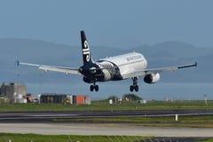 Aterrissagem de Air New Zealand Airbus A320 no aeroporto internacional de Auckland Imagem de Stock Royalty Free