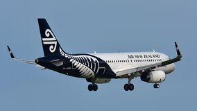 Aterrissagem de Air New Zealand Airbus A320 no aeroporto internacional de Auckland Imagens de Stock