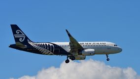 Aterrissagem de Air New Zealand Airbus A320 no aeroporto internacional de Auckland Foto de Stock Royalty Free