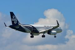 Aterrissagem de Air New Zealand Airbus A320 no aeroporto internacional de Auckland Fotografia de Stock