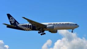 Aterrissagem de Air New Zealand Boeing 777-300ER no aeroporto internacional de Auckland Fotos de Stock Royalty Free