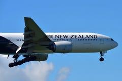 Aterrissagem de Air New Zealand Boeing 777-300ER no aeroporto internacional de Auckland Foto de Stock Royalty Free