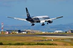 Aterrissagem de Air New Zealand Boeing 777-300ER no aeroporto internacional de Auckland Foto de Stock