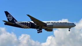 Aterrissagem de Air New Zealand Boeing 777-300ER no aeroporto internacional de Auckland Fotografia de Stock Royalty Free