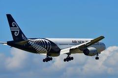 Aterrissagem de Air New Zealand Boeing 777-300ER no aeroporto internacional de Auckland Imagens de Stock
