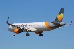 Aterrissagem de Airbus A321 das linhas aéreas de Thomas Cook Fotos de Stock Royalty Free