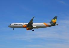 Aterrissagem de Airbus A321 das linhas aéreas de Thomas Cook Foto de Stock