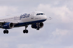 Aterrissagem de Airbus A320 JetBlue Fotos de Stock Royalty Free