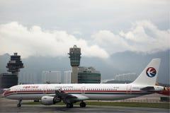 Aterrissagem de Airbus na pista de decolagem em Hong Kong International Airport em Hong Kong China fotos de stock