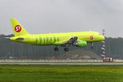 Aterrissagem de Airbus A320 S7 Airlines no aeroporto internacional de Domodedovo Foto de Stock Royalty Free