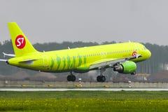 Aterrissagem de Airbus A320 S7 Airlines no aeroporto internacional de Domodedovo Imagem de Stock Royalty Free