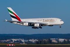 Aterrissagem de aproximação do avião de passageiros das linhas aéreas A380 dos emirados fotos de stock royalty free