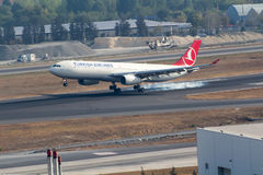 Aterrissagem de aterrissagem de Turkish Airlines Airbus 330 Imagens de Stock Royalty Free