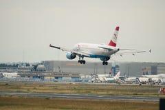 Aterrissagem de Austrian Airlines Airbus A320 Fotos de Stock Royalty Free