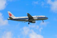 Aterrissagem de avião de Air China no aeroporto internacional de Chiangmai dentro Fotos de Stock Royalty Free