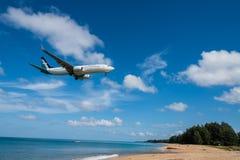 Aterrissagem de avião de seda da via aérea do ar no aeroporto de Phuket Fotografia de Stock