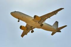 Aterrissagem de avião do jato no céu brilhante no Bruxelas Fotos de Stock