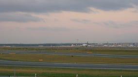 Aterrissagem de avião em Francoforte vídeos de arquivo