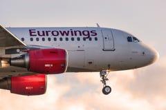 Aterrissagem de avião de Eurowings no aeroporto de Berlim tegel em Alemanha imagem de stock