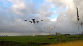 Aterrissagem de avião na pista de decolagem iluminada filme