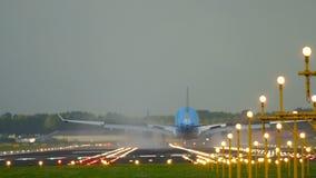 Aterrissagem de avião na pista de decolagem 18R Polderbaan vídeos de arquivo