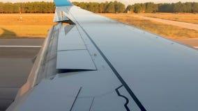 Aterrissagem de avião na pista de decolagem usando os freios a ar comprimido, passageiro que olha através da janela vídeos de arquivo