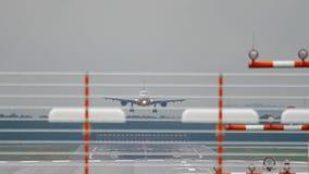 Aterrissagem de avião no tempo chuvoso video estoque