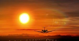 Aterrissagem de avião - silhueta do jato privado no por do sol video estoque