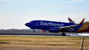 Aterrissagem de avião de Southwest Airlines na pista de decolagem fotografia de stock