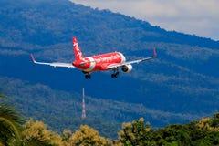 Aterrissagem de avião tailandesa de Air Asia no aeroporto internacional de Chiangmai Imagem de Stock Royalty Free