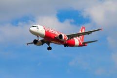 Aterrissagem de avião tailandesa de Air Asia no aeroporto internacional de Chiangmai Foto de Stock
