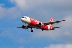 Aterrissagem de avião tailandesa de Air Asia no aeroporto internacional de Chiangmai Imagens de Stock
