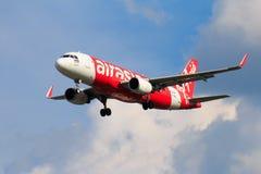 Aterrissagem de avião tailandesa de Air Asia no aeroporto internacional de Chiangmai Fotografia de Stock Royalty Free