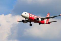 Aterrissagem de avião tailandesa de Air Asia no aeroporto internacional de Chiangmai Fotografia de Stock