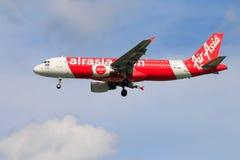 Aterrissagem de avião tailandesa de Air Asia no aeroporto internacional de Chiangmai Imagens de Stock Royalty Free