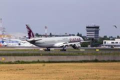 Aterrissagem de aviões de A7-AEH Qatar Airways Airbus A330-300 na pista de decolagem Imagem de Stock Royalty Free