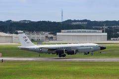 Aterrissagem de aviões da força aérea de E.U. RC135 em Okinawa imagens de stock