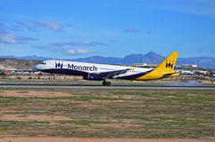 Aterrissagem de aviões de Monarch Airlines no aeroporto de Alicante fotos de stock royalty free